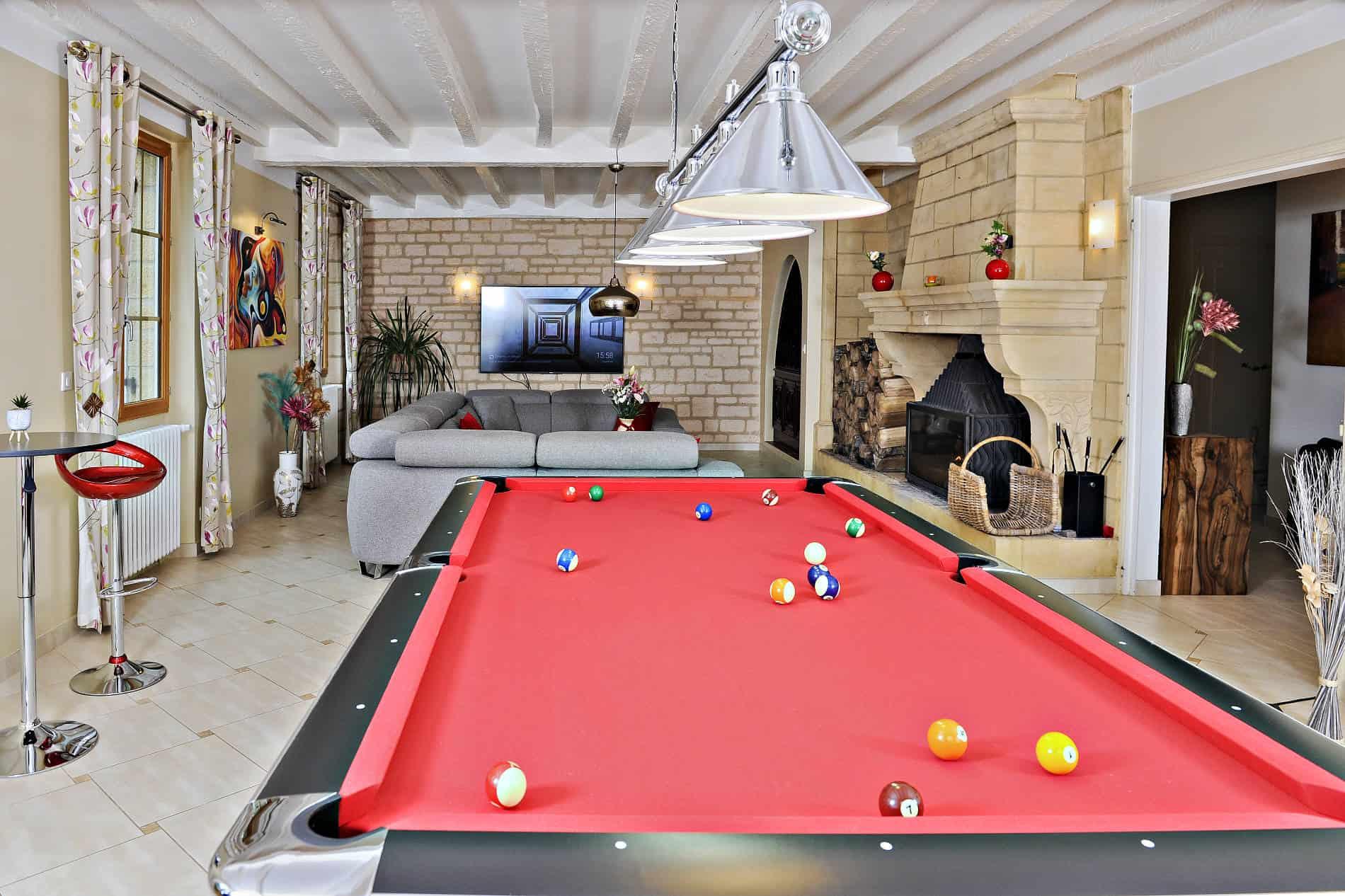 La noyeraie du port d'enveaux / salon chambres d'hôtes Dordogne avec piscine.