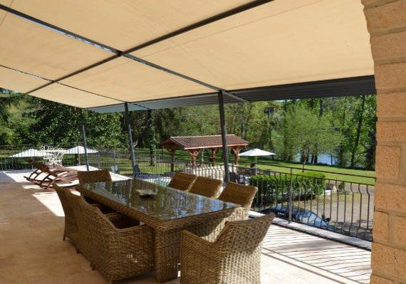 Terrasse chambres d'hôtes Dordogne en bord de rivière Sarlat